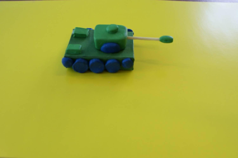 Делаем танк из спичечных коробков вместе с детьми 3